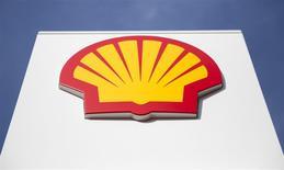 Logo de Shell, Londres, mar 6, 2014. El creciente interés en enviar más gas natural estadounidense a Europa no representa una gran amenaza para los mercados asiáticos, aunque esas exportaciones ayudarían a mejorar la liquidez en el mercado spot para la forma supercongelada del combustible, dijo el lunes un ejecutivo de Shell. REUTERS/Neil Hall