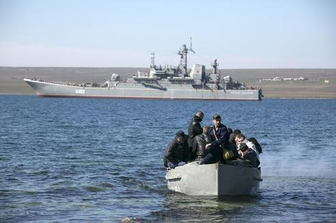 Ukrainian troops leave Crimea
