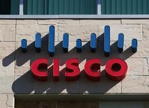 El logo de Cisco en una de sus oficinas en San Diego, EEUU, nov 12 2012. Cisco Systems Inc planea ofrecer servicios de computación en nube y se comprometió a invertir 1.000 millones de dólares en los próximos dos años para entrar a un mercado liderado actualmente por el mayor minorista de internet Amazon.com Inc. REUTERS/Mike Blake