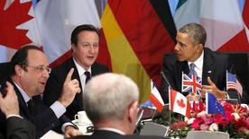 """Президент Франции Франсуа Олланд, премьер Британии Дэвид Кэмерон, президент США Барак Обама участвуют во встрече лидеров стран G7 в Гааге 24 марта 2014 года. Группа семи наиболее развитых стран в понедельник обсуждает новую политику в отношении выбившейся из стандартов престижного клуба России, но США не расстаются с надеждой, что Кремль отступит в кризисе вокруг Украины и подчинится международному праву, сказал советник Белого дома. Москва ответила, что """"не цепляется"""" за членство в """"восьмёрке"""". REUTERS/Kevin Lamarque"""