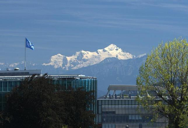 A United Nations flag is pictured on the top of the World Meteorological Organization (WMO) building with the Mont-Blanc massif in the background in Geneva August 5, 2009. REUTERS/Denis Balibouse