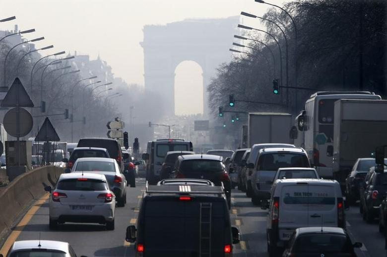 Rush hour traffic fills an avenue leading up to the Arc de Triomphe which is seen through a small-particle haze at Neuilly-sur-Seine, Western Paris, March 13, 2014 as warm and sunny weather continues in France. REUTERS/Charles Platiau