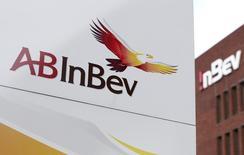 Логотип Anheuser-Busch InBev у входа в центральный офис компании в Левене 26 февраля 2014 года. Крупнейшая пивоваренная компания мира Anheuser-Busch InBev закроет завод в Перми из-за падения рынка пива в условиях жесткого законодательного регулирования, сообщила компания во вторник. REUTERS/Francois Lenoir