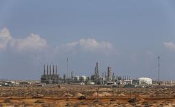 Вид на нефтяной порт в Рас-Лануфе 11 марта 2014 года. Цены на нефть растут за счет сокращения добычи в Ливии и надежд на меры по стимулированию экономики Китая. REUTERS/Esam Omran Al-Fetori
