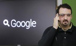 """Разработчик Максимилиано Фиртман с прототипом Google Glass перед пресс-конференцией на выставке RigaComm в Риге 4 ноября 2013 года. Производитель солнечных очков Ray-Ban компания Luxottica заключила соглашение об использовании технологии Google Glass от компании Google, что может помочь """"умным"""" очкам выйти на массовый рынок REUTERS/Ints Kalnins"""