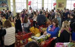 La confiance du consommateur aux Etats-Unis a atteint en mars son plus haut niveau depuis janvier 2008, montre une enquête publiée mardi. /Photo prise le 14 février 2014/REUTERS/Rick Wilking