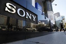 """El logo de Sony Corp a las afueras de un salón de muestras de la firma en Tokio, feb 5 2014. Sony Corp confía en el auge de los teléfonos avanzados y el voraz apetito del mercado por los megapixeles, vital para mejorar la calidad de las videollamadas y los autorretratos o """"selfies"""", para mantener el crecimiento de doble dígito en los ingresos de su importante negocio de sensores de imagen. REUTERS/Yuya Shino"""