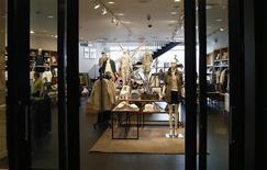 Unos clientes al interior de una tienda de la cadena J.Crew en Manhattan, EEUU, mar 3 2014. La confianza del consumidor estadounidense estuvo más fuerte de lo que se esperaba este mes, de acuerdo con un sondeo de un grupo privado. REUTERS/Mike Segar