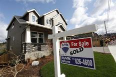 Una vivienda vendida en Portland, EEUU, mar 20 2014. Las ventas de casas nuevas unifamiliares en Estados Unidos alcanzaron un nivel mínimo en cinco meses en febrero, pero un alza en la confianza del consumidor a un máximo en seis años en marzo sugirió que la economía está recuperando impulso tras ser presionada por un clima severo. REUTERS/Steve Dipaola