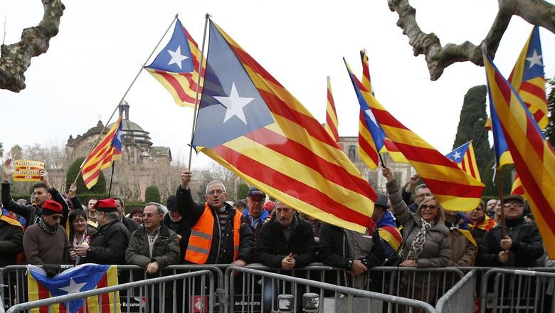 Pro-independence protestors shout slogans in front of Catalonia's regional parliament as lawmakers voted inside, in Barcelona, January 16, 2014. REUTERS/Albert Gea