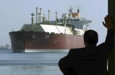 Мужчина смотрит, как СПГ-танкер DUHAIL проходит через Суэцкий канал, 1 апреля 2008 года. Египет рассматривает возможность покупки сжиженного природного газа (СПГ) у России, сообщил в среду министр промышленности и инвестиций Египта Мунир Фахри Абдель Нур. REUTERS/Stringer