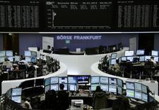 Помещение Франкфуртской фондовой биржи 26 марта 2014 года. Европейские фондовые рынки растут за счет хорошей макроэкономической статистики США, ожиданий стимулирующих мер в Европе и Китае и роста акций британской страховой компании Standard Life. REUTERS/Remote/Stringer