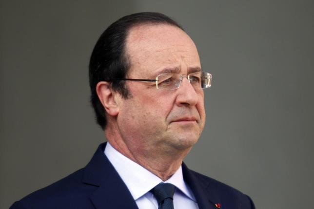 French President Francois Hollande waits for a guest on the steps of the Elysee Palace in Paris March 26, 2014. REUTERS/Charles Platiau