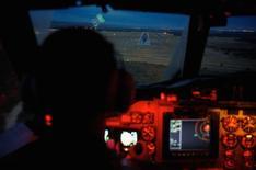 O copiloto Marc Smith, da Real Força Aérea Australiana, direciona sua aeronave AP-3C Orion rumo à pista de pouso na base aérea de Pearce, perto de Perth, após uma missão de busca pelo voo MH370 da Malaysian Airlines MH370, que desapareceu. Novas imagens por satélite revelaram mais de cem objetos no sul do oceano Índico que podem ser destroços do voo MH370 da Malaysian Airlines, desaparecido há 18 dias, enquanto aviões que vasculham essas gélidas águas na quarta-feira também relataram a presença de possíveis partes do Boeing 777. 24/03/2014 REUTERS/Richard Wainwright/Pool
