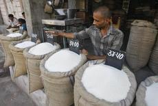 Um vendedor arruma placas com preços em sacas cheias de açúcar em um mercado por atacado na cidade de Ahmedabad. Os comerciantes de açúcar da Índia estão enfrentando dificuldades para assinar novos contratos de exportação, com o aumento nos preços domésticos para um pico de sete meses e um rali da rupia que levou os compradores a esperar por ofertas mais baratas da Tailândia, disseram operadores nesta quarta-feira. 11/09/2013 REUTERS/Amit Dave
