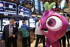 """Una mascota del juego """"Candy Crush Saga"""" en el piso de operaciones de la bolsa de Nueva York, mar 26 2014. Las acciones de King Digital Entertainment, creador del popular juego """"Candy Crush Saga"""" cayeron hasta un 15 por ciento en su debut en la bolsa el miércoles, lo que valora a la compañía en unos 6.000 millones de dólares. REUTERS/Brendan McDermid"""