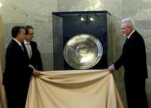 Hungarian Prime Minister Viktor Orban (L) and Jozsef Palinkas (R), president of the Hungarian Academy of Sciences, unveil a piece of the Sevso treasure at the Hungarian parliament in Budapest March 26, 2014. REUTERS/Bernadett Szabo