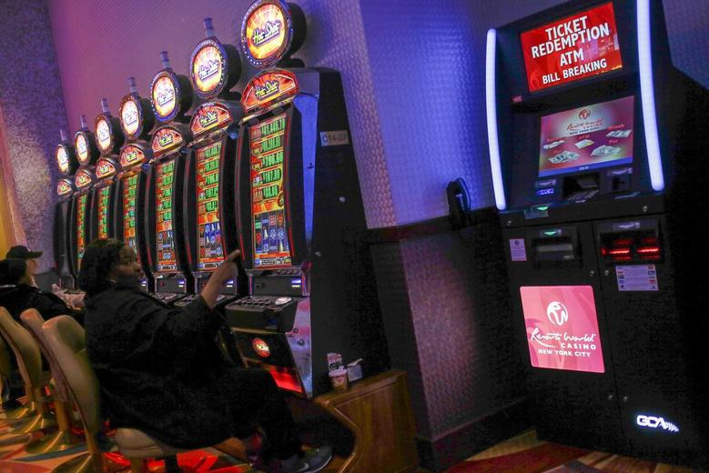 People play at slot machines inside Resorts World Casino, owned by Malaysian gaming company Genting, in the Queens borough of New York, November 22, 2013. REUTERS/Shannon Stapleton