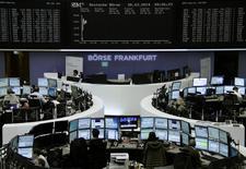 Unos operadorews en la bolsa alemana en Fráncfort, mar 26 2014. Las acciones europeas cerraron el miércoles en alza, gracias a que una menor tensión en Ucrania y datos económicos positivos en Estados Unidos ayudaron al mercado a extender un repunte que comenzó a mediados de marzo. REUTERS/Remote/Stringer