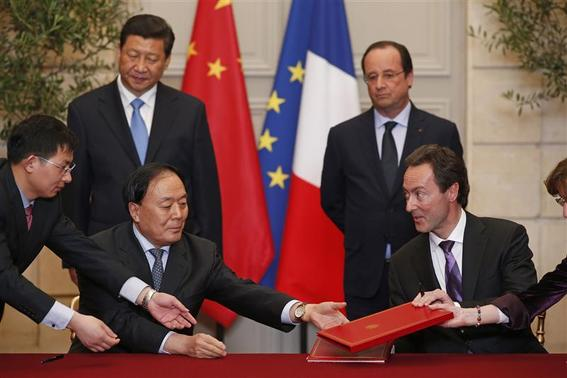 Fabrice Bregier (R), Airbus President and Chief Executive Officer, and Li Jiaxiang, Administrator of the Civil Aviation Administration of China (CAAC) exchange documents during a signing ceremony at the Elysee Palace in Paris March 26, 2014. REUTERS-Benoit Tessier