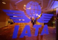 """El logo de la Asociación Internacional de Transporte Aéreo (IATA) en la asamblea general del organismo en Pekín, jun 11 2012. La Asociación Internacional de Transporte Aéreo (IATA) pidió el miércoles a Venezuela la pronta implementación de un plan para liberar casi 3.800 millones de dólares que el país adeuda a aerolínea extranjeras, que exige que se haga a un """"tipo de cambio justo"""". REUTERS/Jason Lee"""