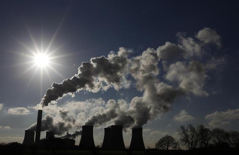 Steam rises from the cooling towers at SSE's Fiddlers Ferry electricity power station near Liverpool, northern England, January 28, 2011. REUTERS/Phil Noble