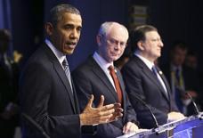 (слева-направо) Президент США Барак Обама, глава Евросовета Херман Ван Ромпей и председатель Еврокомиссии Жозе Мануэл Баррозу на совместной пресс-конференции после саммита ЕС-США в Брюсселе 26 марта 2014 года. Европейский союз должен повысить свою энергетическую безопасность после аннексии украинского Крыма Россией, и Брюссель работает над этим вместе с США, говорится в совместном заявлении лидеров ЕС и США. REUTERS/Francois Lenoir