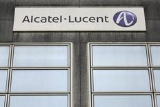 Alcatel-Lucent et China Mobile, le premier opérateur mobile du monde par le nombre d'abonnés, ont annoncé jeudi la signature d'un accord de 750 millions d'euros pour la modernisation des réseaux du groupe chinois. /Photo prise le 15 octobre 2013/REUTERS/Stéphane Mahé