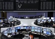 Помещение Франкфуртской фондовой биржи 27 марта 2014 года. Европейские фондовые рынки разнонаправленны на фоне снижения акций Hennes & Mauritz (H&M) после публикации квартальной отчетности. REUTERS/Remote/Stringer