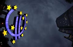 Signo del euro frente a las oficinas centrales del BCE en Fráncfort, abr 5, 2011. Los préstamos a los hogares y empresas de la zona euro se contrajeron de nuevo en febrero, mientras que el aumento de la oferta de dinero fue débil, lo que se sumó a la lista de preocupaciones del Banco Central Europeo (BCE) antes de su reunión de política monetaria la próxima semana. REUTERS/Kai Pfaffenbach
