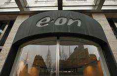 Вход в штаб-квартиру E.ON в Дюссельдорфе 14 марта 2012 года. Подконтрольная немецкому энергоконцерну E.ON E.ON Russia (бывшая ОГК-4) планирует выплатить дивиденды за 2013 год в размере 18,9 миллиарда рублей и вернуть акционерам в виде спецдивидендов еще 5 миллиардов рублей, сообщила компания в четверг. REUTERS/Ina Fassbender