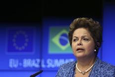 A presidente Dilma Rousseff fala durante uma coletiva de imprensa em Bruxelas. A aprovação do governo de Dilma caiu 7 pontos percentuais em março, na primeira queda desde julho do ano passado, mostrou pesquisa CNI/Ibope divulgada nesta quinta-feira. 24/02/2014 REUTERS/Francois Lenoir