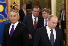 Президенты Казахстана, России, Таджикистана и Киргизии на саммите в Москве 19 ноября 2012 года. Упустив из цепких рук самый соблазнительный приз - Украину - Владимир Путин, скорее всего, теперь обратится к авторитарным лидерам Центральной Азии, в первую очередь, Нурсултану Назарбаеву из Казахстана, в надежде осуществить мечту о создании Евразийского союза из бывших советских республик. REUTERS/Yuri Kochetkov/Pool