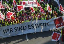 Membros do sindicato Verdi protestam durante uma greve, no aeroporto de Frankfurt. Os principais aeroportos da Alemanha pararam na quinta-feira devido a uma greve de aeroviários por motivo salarial. 27/03/2014 REUTERS/Ralph Orlowski