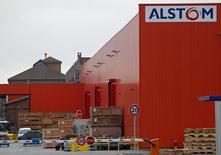 O logotipo da companhia de engenharia francesa Alstom visto nas instalações da companhia em Reichshoffen. A Alstom está cooperando com o Departamento de Justiça dos Estados Unidos em uma investigação sobre corrupção e é prematuro especular sobre o valor que um acordo poderia alcançar, disse uma porta-voz da companhia nesta quinta-feira. 21/01/2014 REUTERS/Vincent Kessler