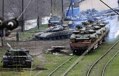 Tanque ucraniano es llevado a un tren, norte de Crimea, mar 27, 2014. El Fondo Monetario Internacional (FMI) dijo el jueves que acordó un rescate de entre 14.000 y 18.000 millones de dólares para Ucrania, una decisión que desbloqueará nuevos créditos que llegarían a un total de 27.000 millones de dólares en los próximos dos años. REUTERS/Yannis Behrakis