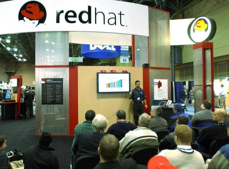 Dan Cox of Hewlett-Packard talks about Red Hat Linux at the Linux Expo in New York on January 23, 2003. REUTERS/Chip East