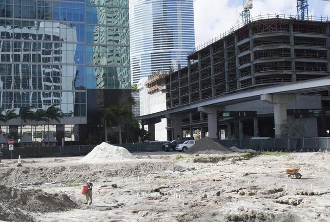 An archaeologist looks for ancient artifacts at a construction site in downtown Miami February 4, 2014. REUTERS/Zachary Fagenson