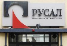 Вид на офис Русала в Москве 19 марта 2012 года. Один из крупнейших производителей алюминия в мире Русал Олега Дерипаски получил $3,2 миллиарда убытка в 2013 году, виной чему низкие цены на алюминий и расходы на реструктуризацию, при этом сообщив, что все еще ведет переговоры о части своего долга. REUTERS/Denis Sinyakov