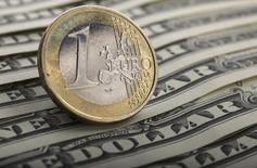 Монета евро и долларовые банкноты в Варшаве 26 января 2011 года. Курс евро к доллару близок к трехнедельному минимуму после комментариев чиновников Европейского центрального банка. REUTERS/Kacper Pempel