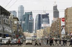 Люди переходят дорогу в Москве 3 апреля 2012 года. Наступающие выходные в Москве будут прохладными, ожидают синоптики. REUTERS/Denis Sinyakov