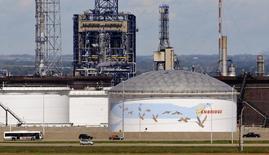 Нефтехранилища у терминала Enbridge Edmonton в Эдмонтоне 4 августа 2012 года. Цены на нефть растут благодаря хорошим экономическим данным США и опасениям за снабжение рынка на фоне напряженной ситуации на Украине. REUTERS/Dan Riedlhuber
