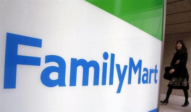 3月28日、ファミリーマートは韓国の持ち分法適用会社の所有株を全て売却すると発表した。写真は都内の同社店舗で2010年11月撮影(2014年 ロイター/Yuriko Nakao)