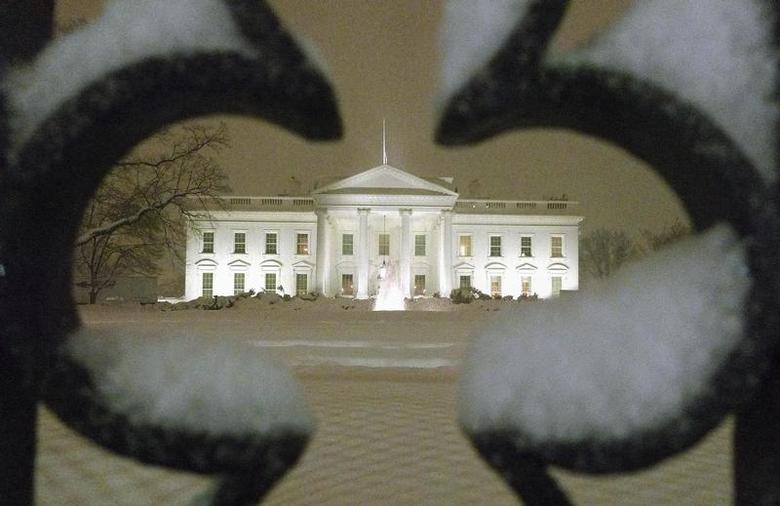 A view of the White House as snow begins to fall in Washington, February 9, 2010. REUTERS/Larry Downing