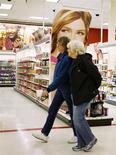 Unas mujeres pasan junto al pasillo de cosméticos de una tienda de la cadena Target en Arvada, EEUU, ene 10 2014. La confianza del consumidor de Estados Unidos bajó en marzo por una caída en las expectativas sobre la economía en general, mostró un sondeo el viernes. REUTERS/Rick Wilking