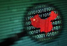 Un mapa de China visto a través de una lupa en la pantalla de una computadora con números binarios en Singapur, ene 2 2014. Los ataques de hackers contra computadoras chinas crecieron en 2013 en más de la mitad respecto al año anterior y una alta proporción provino de Estados Unidos, dijo el viernes el máximo organismo de ciberseguridad de China. REUTERS/Edgar Su