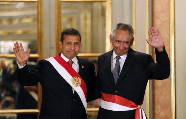 Peru's President Ollanta Humala (L) greets new Prime Minister Rene Cornejo during the swearing-in ceremony of new members of his cabinet at the government palace in Lima Febraury 24, 2014. REUTERS/Mariana Bazo