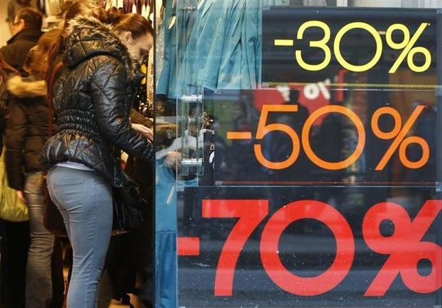 3月28日、ドイツの3月EU基準の消費者物価指数速報値は、前年比で市場予想を下回った。写真はハンブルクの商店で2009年12月撮影(2014年 ロイター/Christian Charisius)