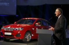Norbert Reithofer, président du directoire de BMW, à Spartanburg. Le constructeur allemand veut porter la capacité de production de son usine de Caroline du Sud, de 300.000 à 450.000 unités à l'horizon 2016 et compte y investir un milliard de dollars /Photo prise le 28 mars 2014/REUTERS/Chris Keane