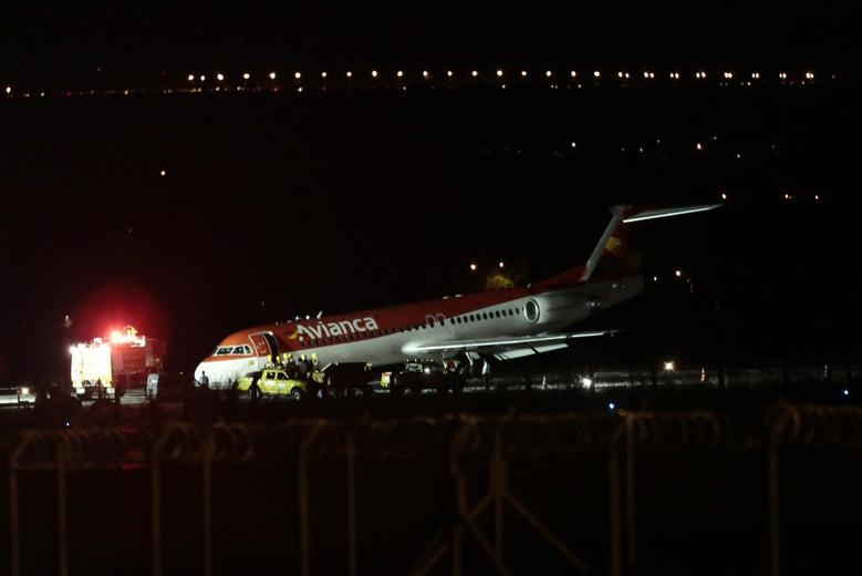 An Avianca airlines Fokker 100 aircraft, flight number AV6393, is seen after making an emergency landing at the Juscelino Kubitschek international airport in Brasilia March 28, 2014. The flight departed from Petrolina in the state of Pernambuco, northeastern Brazil and was bound for Brasilia. REUTERS/Ueslei Marcelino
